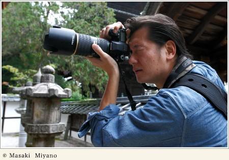 カメラを構える井浦新